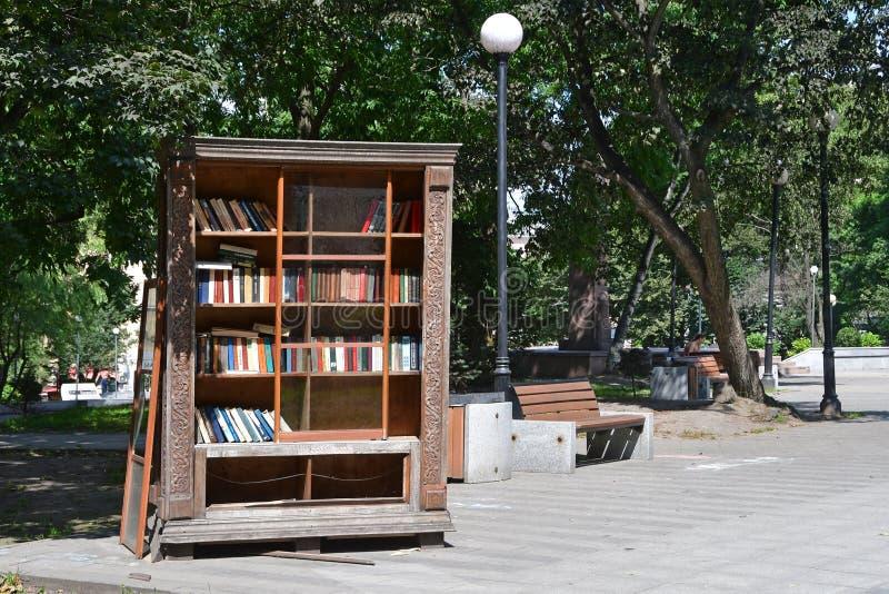 Vladivostok, Rusland, augustus, 01, 2018 Oude boekenkast voor de uitwisseling van boeken in het park, genoemd naar Konstantin Suk stock afbeeldingen