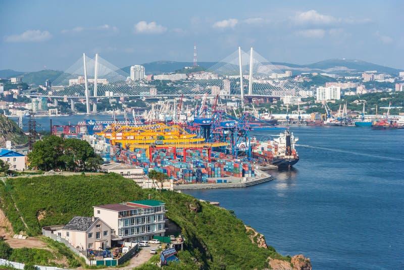 Vladivostok, Rusland - circa Augustus 2015: Commerciële handelshaven in Vladivostok, Rusland royalty-vrije stock fotografie