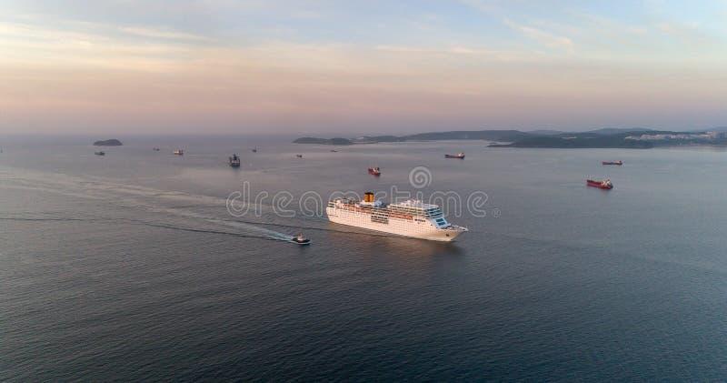 Vladivostok, Rusland - Mei 30, 2017: Het witte cruiseschip Costa NeoRomantica beweegt zich langs de Oostelijke Straat van Bosporu stock foto's