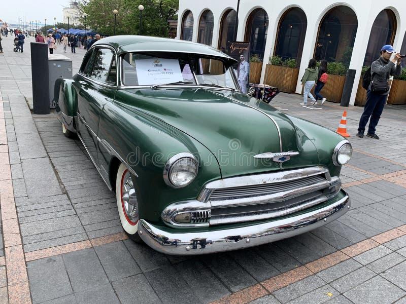 Vladivostok, Rusland, 18 Mei, 2019 Tentoonstelling van Amerikaanse retro-auto's Het luxe 1951 bouwjaar van Chevrolet Vladivostok, royalty-vrije stock foto's