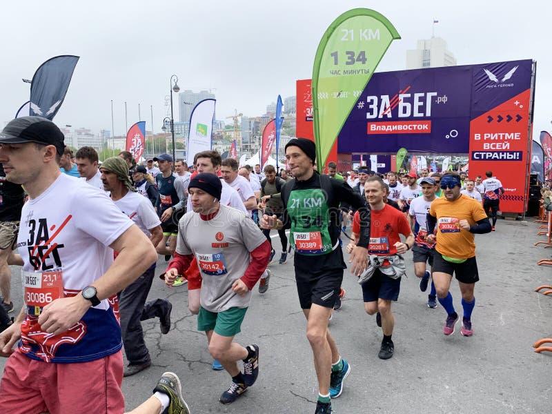 Vladivostok, Russia, maggio, 19, 2019 La gente partecipa corsa alla mezza maratona tutto russa ? Federazione Russa ?in Vladivosto fotografie stock libere da diritti