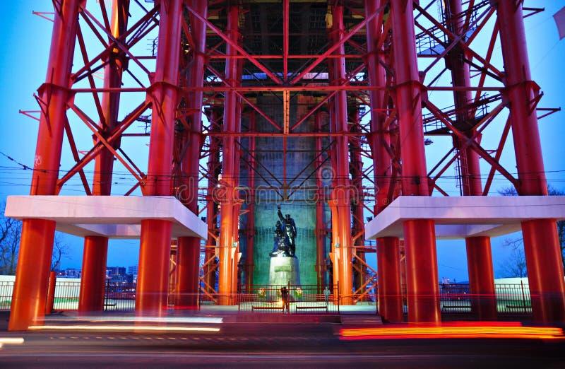 Vladivostok, Russia, ponticello del ferro sopra il monumento fotografia stock