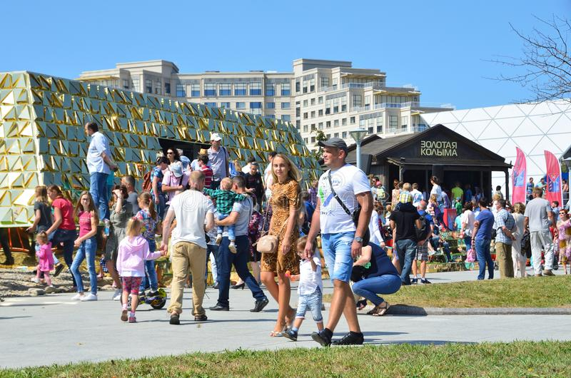 Vladivostok, Russia, 10 settembre, 2017 La gente che cammina vicino lui padiglione di Kolyma dorato nella via del ` di mostra del immagine stock libera da diritti