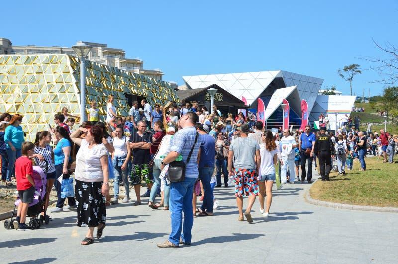 Vladivostok, Russia, 10 settembre, 2017 La gente che cammina vicino lui padiglione di Kolyma dorato nella via del ` di mostra del fotografia stock