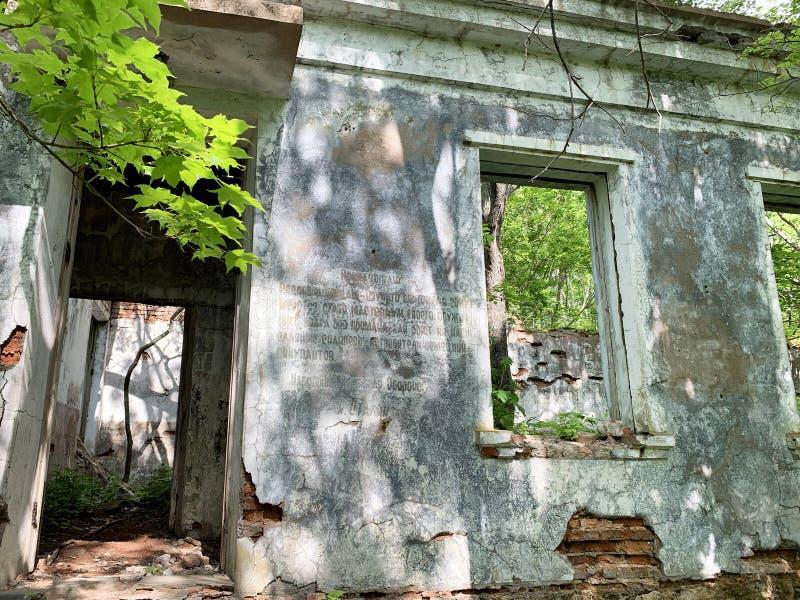 Vladivostok, Russie, juin, 02, 2019 Casernes détruites construisant avec un extrait de l'ordre de Joseph Stalin sur le mur sur le photographie stock