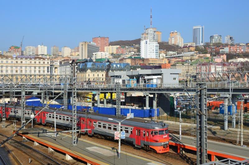 Vladivostok, Russie, octobre, 25,2017 Le train arrivant à la gare ferroviaire de Vladivostok photo stock