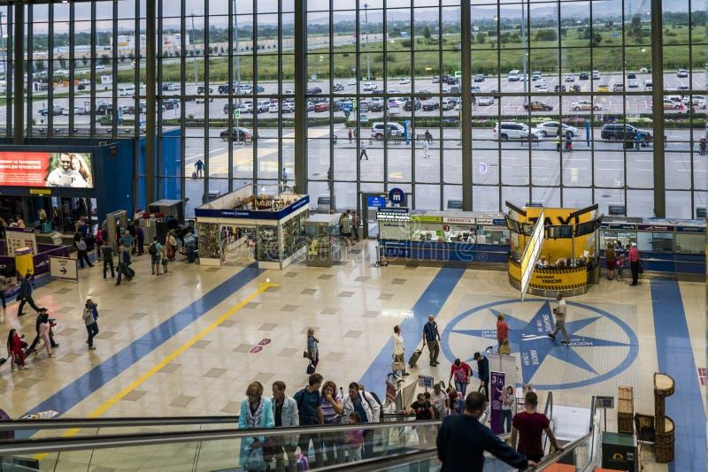 Vladivostok Ryssland, Agu 17 2017-Passengers i terminalen av flygplatsen arkivbilder