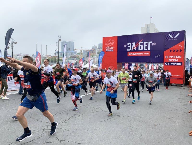 Vladivostok Ryssland, Maj, 19, 2019 Folket deltar loppet i all-ryss f?r den halva maraton ? Rysk federation ?i Vladivostok arkivbilder