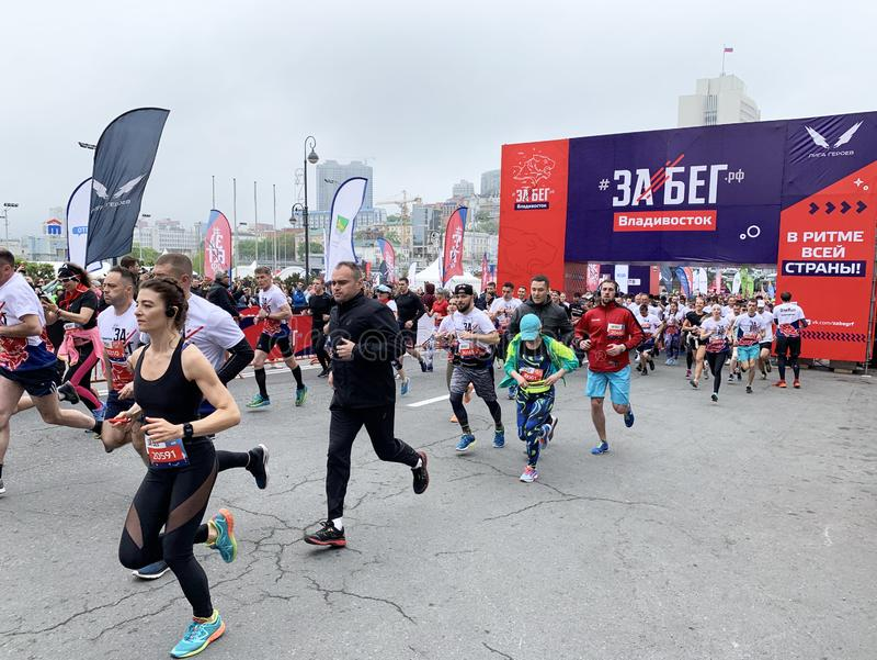 Vladivostok Ryssland, Maj, 19, 2019 Folket deltar loppet i all-ryss f?r den halva maraton ? Rysk federation ?i Vladivostok arkivfoto