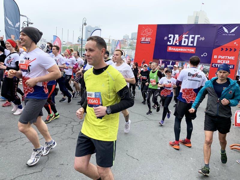 Vladivostok Ryssland, Maj, 19, 2019 Folket deltar loppet i all-ryss f?r den halva maraton ? Rysk federation ?i Vladivostok royaltyfri fotografi