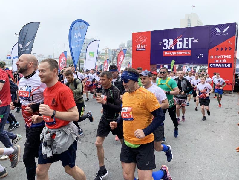 Vladivostok Ryssland, Maj, 19, 2019 Folket deltar loppet i all-ryss f?r den halva maraton ? Rysk federation ?i Vladivostok royaltyfri foto