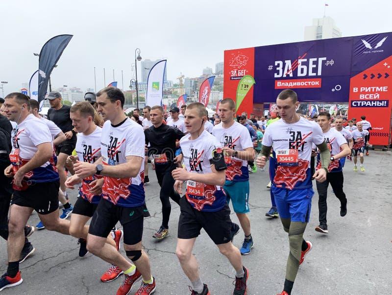Vladivostok Ryssland, Maj, 19, 2019 Folket deltar loppet i all-ryss f?r den halva maraton ? Rysk federation ?i Vladivostok arkivfoton