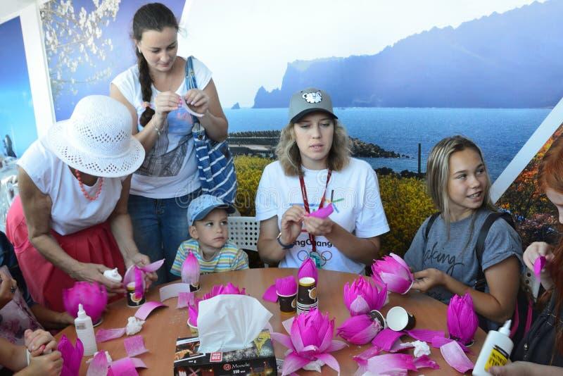 Vladivostok Ryssland, September, 10, 2017 Folkdeltagande i mästarklass` hur man gör en Lotus blomma från den pappers- `en på pren royaltyfri foto