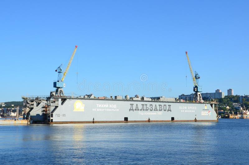 Vladivostok Ryssland, September, 03, 2017 Sväva skeppsdocka`-Dalzavod ` på bakgrunden av blå himmel i Vladivostok arkivfoto