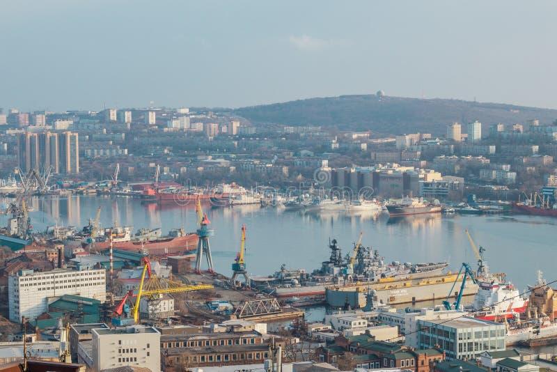 vladivostok Vista do monte de Eagle ao porto marítimo e à baía dourada do chifre fotografia de stock