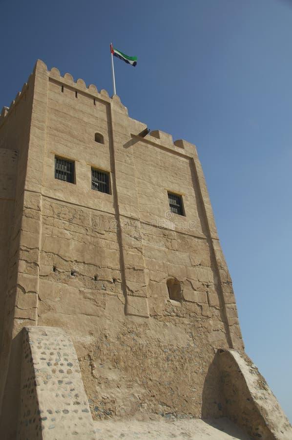 Vlag die over het Fort van Fujairah vliegen royalty-vrije stock afbeeldingen