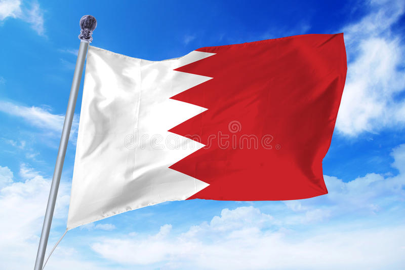 Vlag die van Bahrein zich tegen een blauwe hemel ontwikkelen royalty-vrije stock fotografie