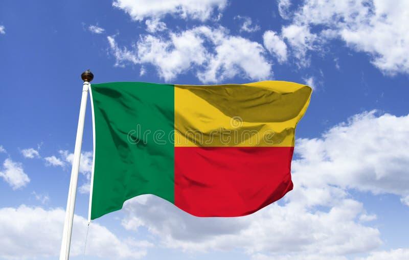 Vlag die van Benin, onder een blauwe hemel fladderen royalty-vrije stock fotografie