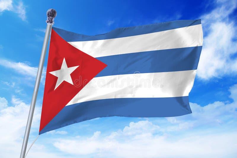 Vlag die van Cuba zich tegen een blauwe hemel ontwikkelen stock foto's
