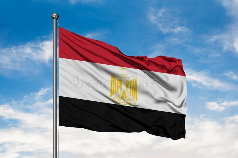Vlag die van Egypte in de wind tegen witte bewolkte blauwe hemel golven Egyptische vlag stock fotografie