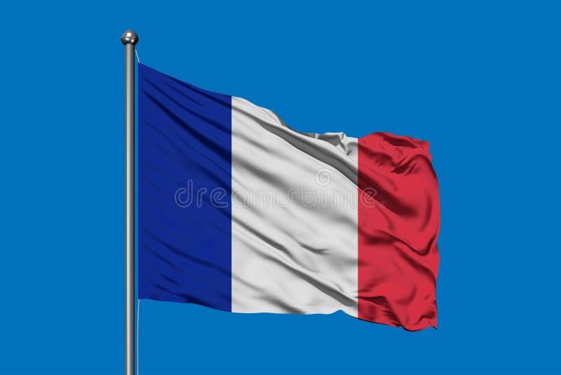 Vlag die van Frankrijk in de wind tegen diepe blauwe hemel golven Franse vlag stock foto's