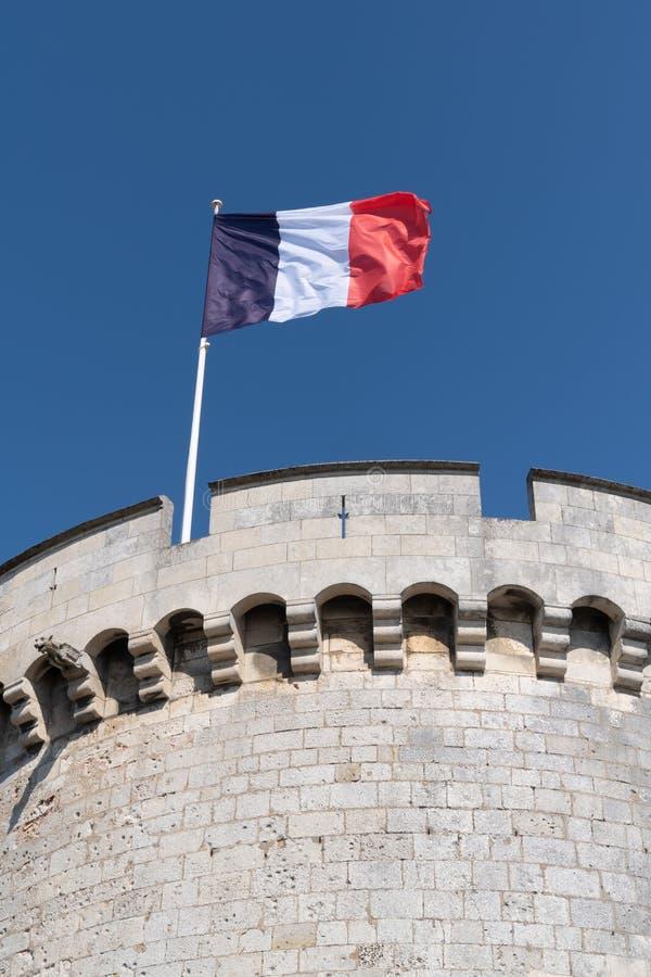 Vlag die van Frankrijk over een blauwe hemel in de stad van La Rochelle in de westelijke zeehaven van Frankrijk golft stock fotografie