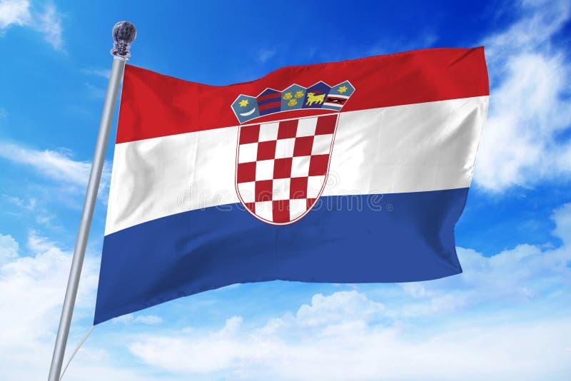 Vlag die van Kroatië zich tegen een blauwe hemel ontwikkelen royalty-vrije stock foto's