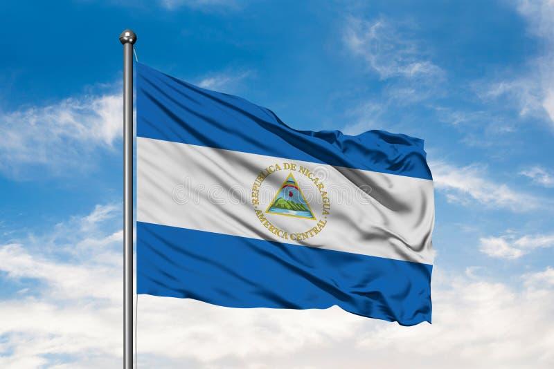 Vlag die van Nicaragua in de wind tegen witte bewolkte blauwe hemel golven Nicaraguan Vlag royalty-vrije stock foto's
