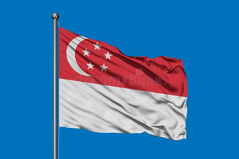 Vlag die van Singapore in de wind tegen diepe blauwe hemel golven Singaporean Vlag royalty-vrije stock fotografie