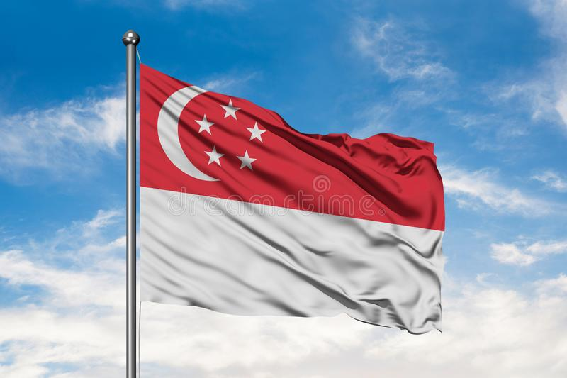 Vlag die van Singapore in de wind tegen witte bewolkte blauwe hemel golft Singaporean Vlag royalty-vrije stock afbeelding
