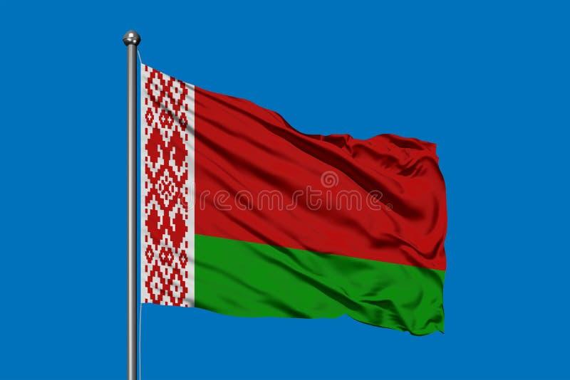 Vlag die van Wit-Rusland in de wind tegen diepe blauwe hemel golven Witrussische vlag vector illustratie