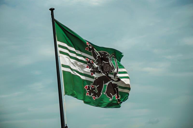 Vlag en bewolkte die hemel bovenop toren van Gravensteen-Kasteel in Gent wordt gezien royalty-vrije stock foto