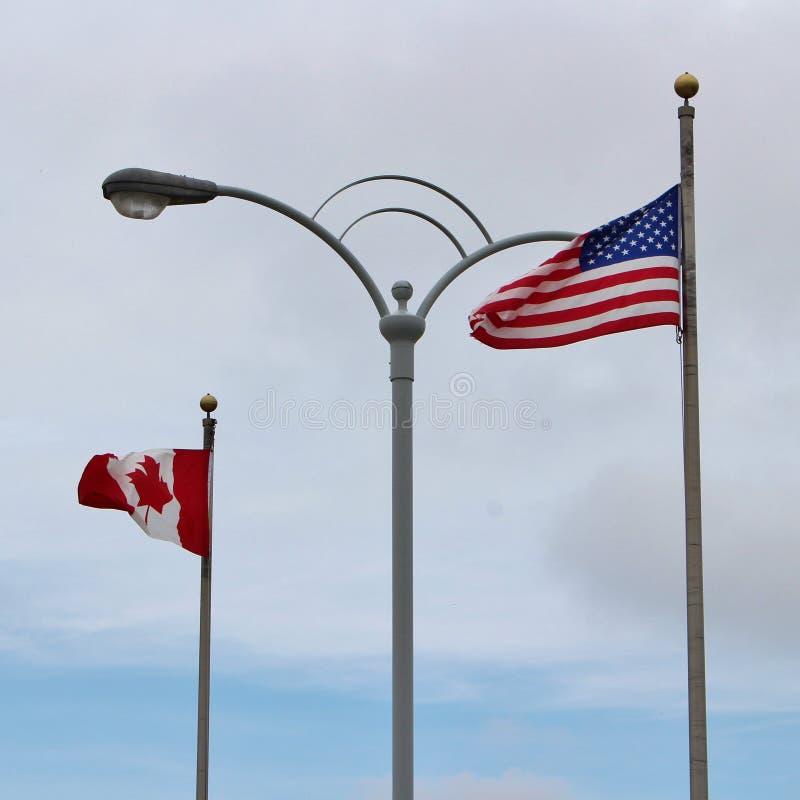 Vlag op de grens ons-Canada in Niagara-Dalingen royalty-vrije stock foto