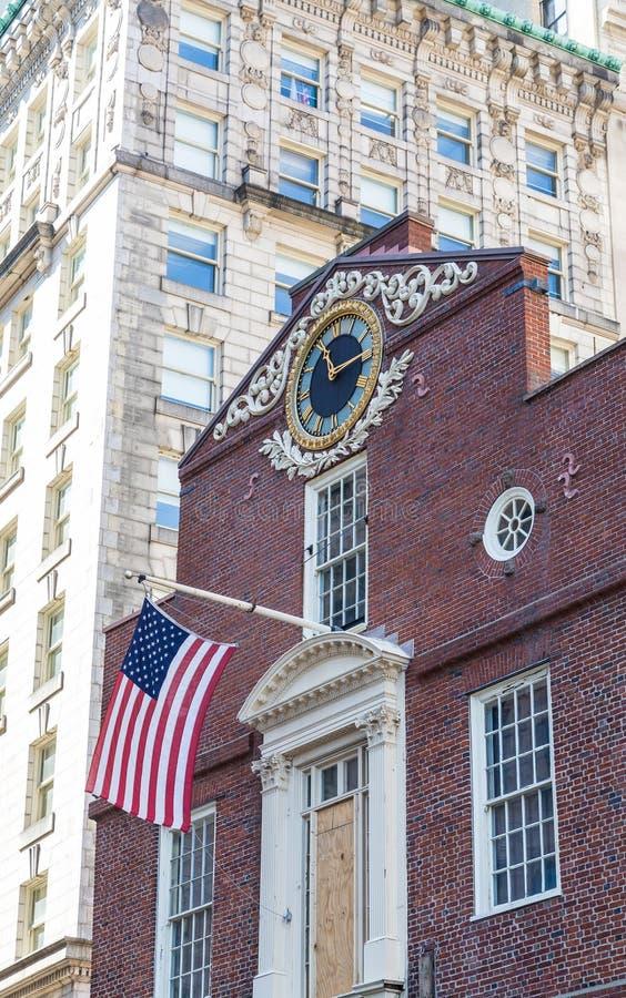 Vlag op het Oude Huis van de Staat in Boston met Klok stock foto