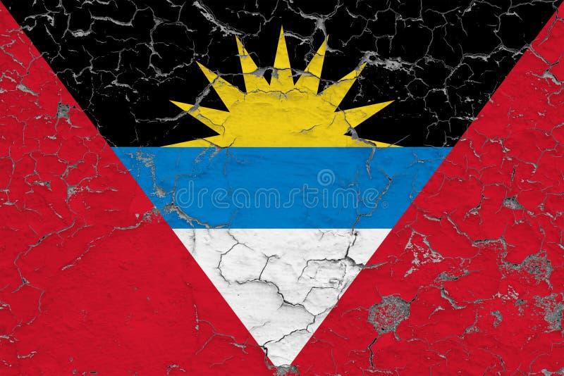Vlag van Antigua en Barbuda dat op gebarsten vuile muur worden geschilderd Nationaal patroon op uitstekende stijloppervlakte stock foto