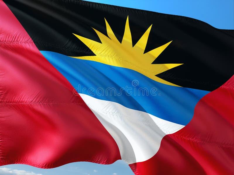 Vlag van Antigua en Barbuda die in de wind tegen diepe blauwe hemel golven Hoog - kwaliteitsstof stock afbeeldingen