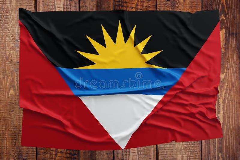 Vlag van Antigua en Barbuda op een houten lijstachtergrond Gerimpelde vlag hoogste mening royalty-vrije stock afbeelding