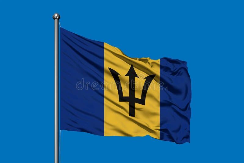 Vlag van Barbados die in de wind tegen diepe blauwe hemel golven De vlag van Barbados stock fotografie