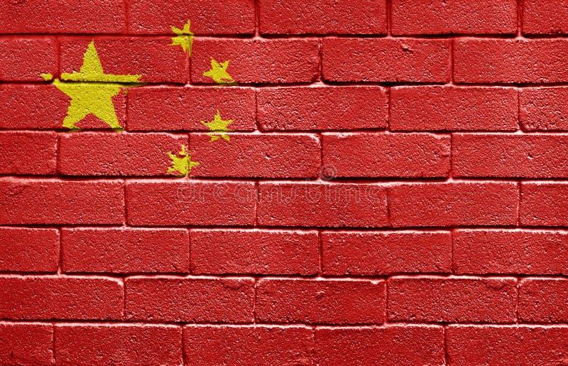 Vlag van China op bakstenen muur stock fotografie