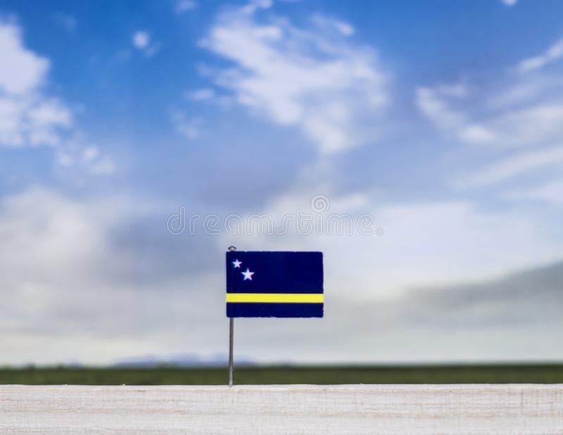 Vlag van Curacao met enorme weide en blauwe hemel achter het royalty-vrije stock fotografie