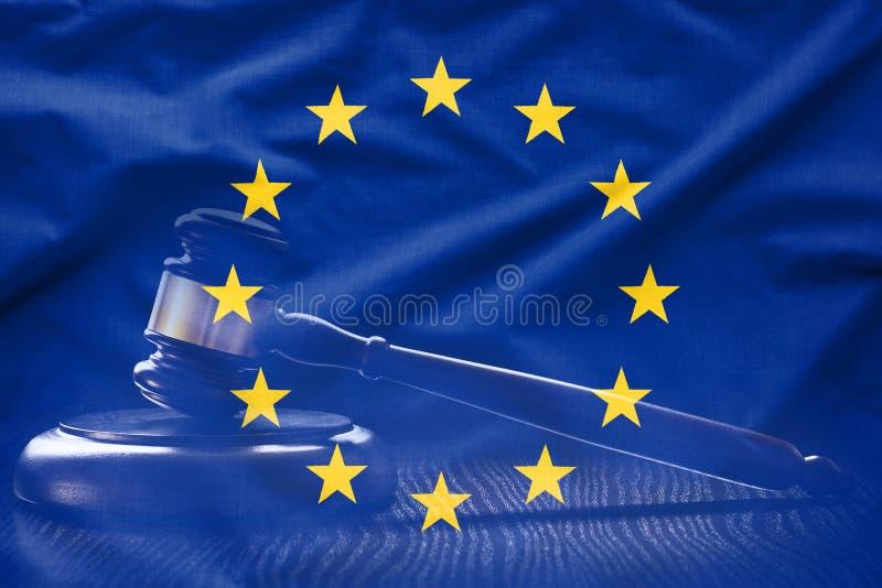 Vlag van de EU met hofhamer op achtergrond stock foto