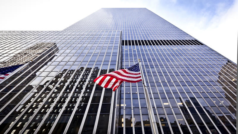 Vlag van de V.S. voor het bureaugebouw stock fotografie