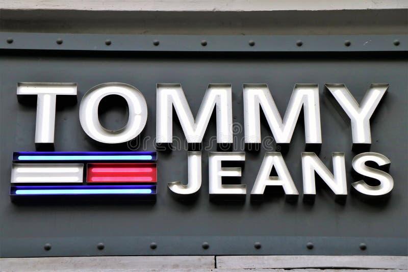 Vlag van een Tommy Hilfiger-kledingsopslag stock afbeeldingen