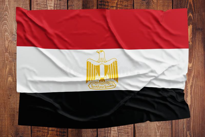 Vlag van Egypte op een houten lijstachtergrond Gerimpelde Egyptische vlag hoogste mening stock afbeelding