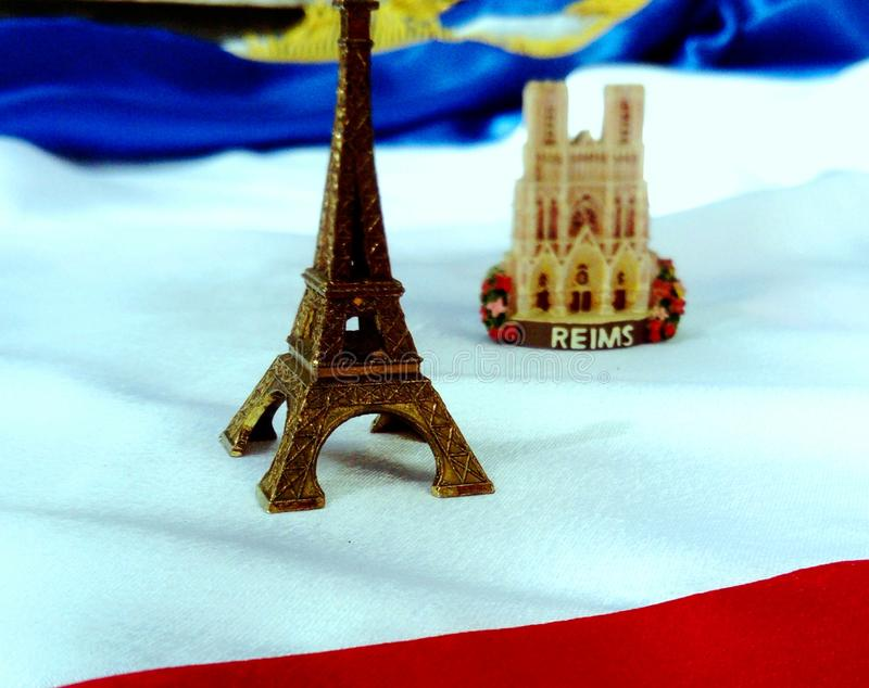 Vlag van Frankrijk met de toren van Eiffel en de Kathedraal van Reims stock fotografie