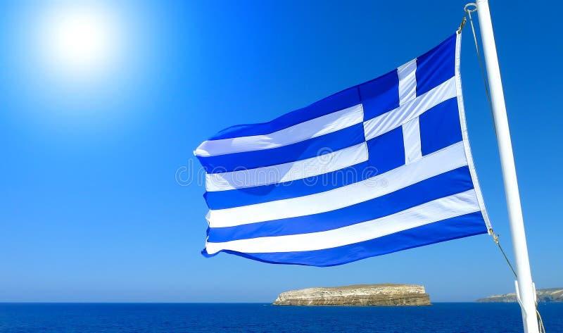 Vlag van Griekenland met blauwe hemel en overzees en de zon royalty-vrije stock afbeelding