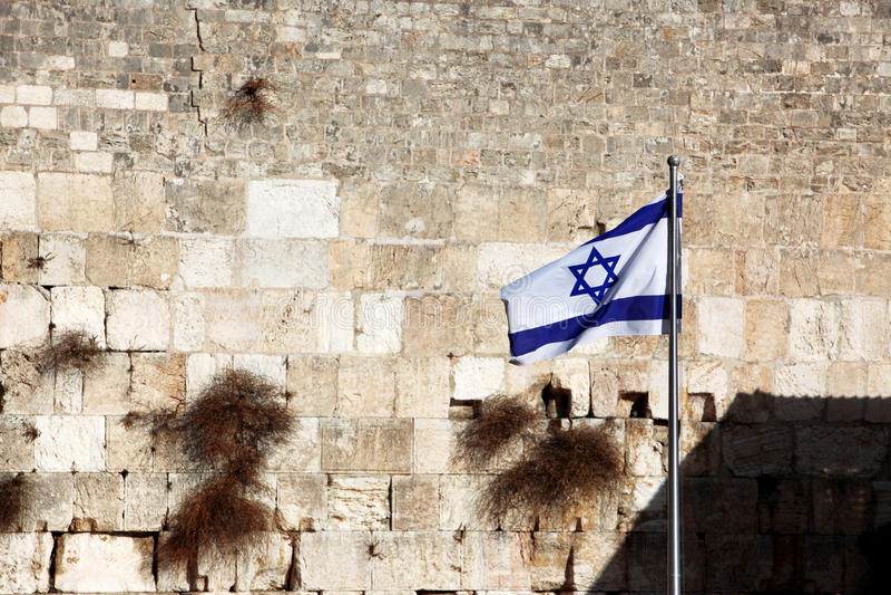 Vlag van Israël dat versus Muur loeit royalty-vrije stock foto