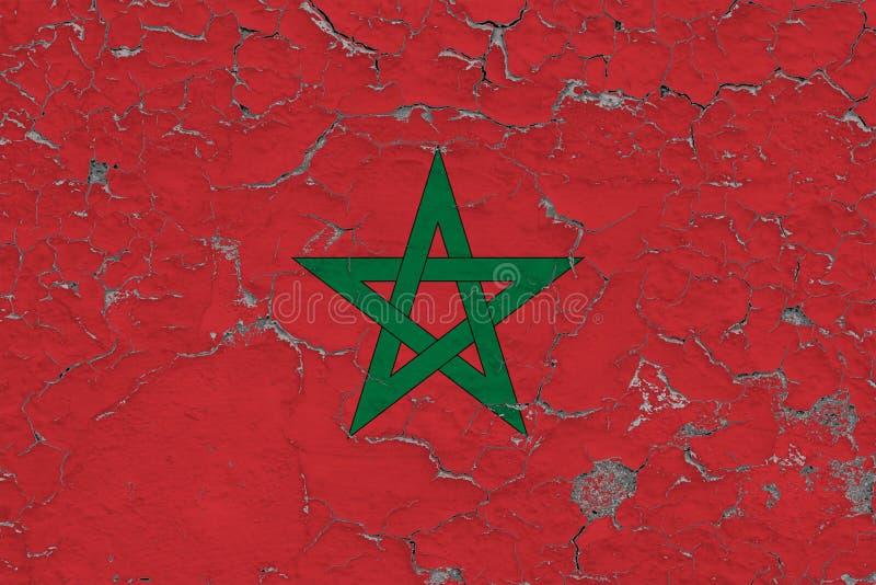 Vlag van Marokko op gebarsten vuile muur wordt geschilderd die Nationaal patroon op uitstekende stijloppervlakte vector illustratie