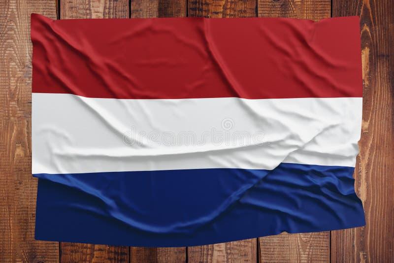 Vlag van Nederland op een houten lijstachtergrond Gerimpelde Nederlandse vlag hoogste mening royalty-vrije stock afbeeldingen