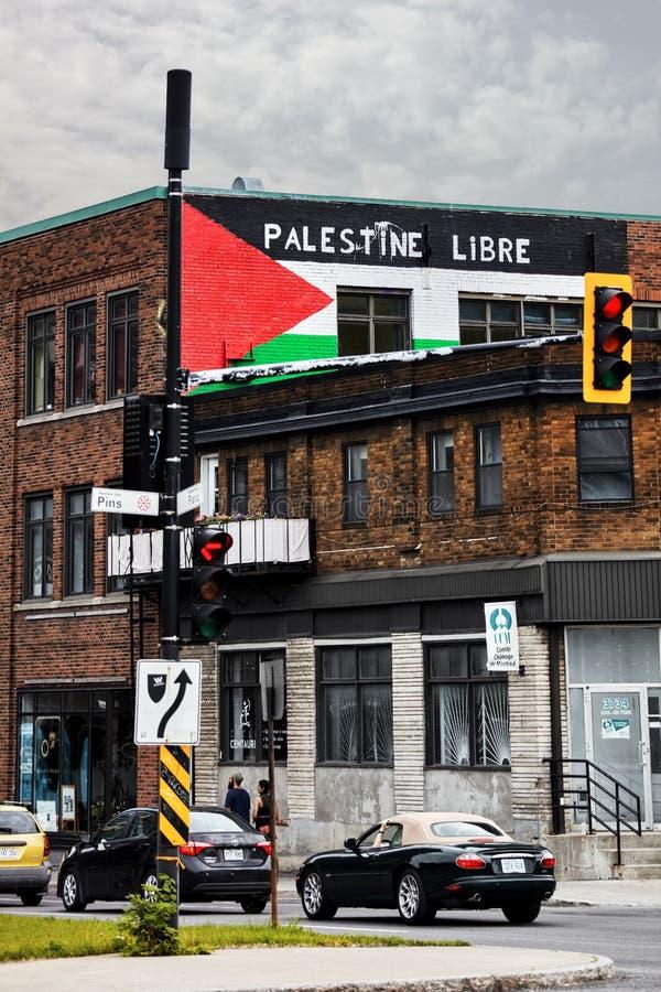 Vlag van Palestina en de vrije slogan van Palestina Palestina libre schilderden op de bakstenen muren van een gebouw in Montreal, stock foto
